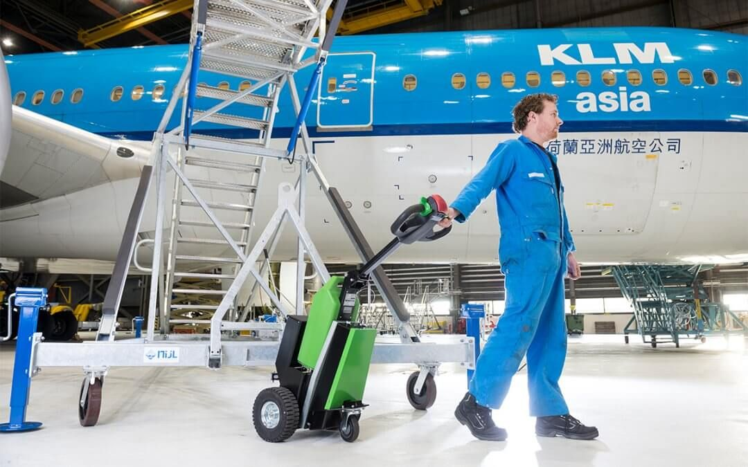 AGVs & Electric Tugs: A New Way to Optimize Airport Logistics