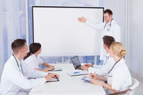 Hold a pre-operative briefing for the entire team